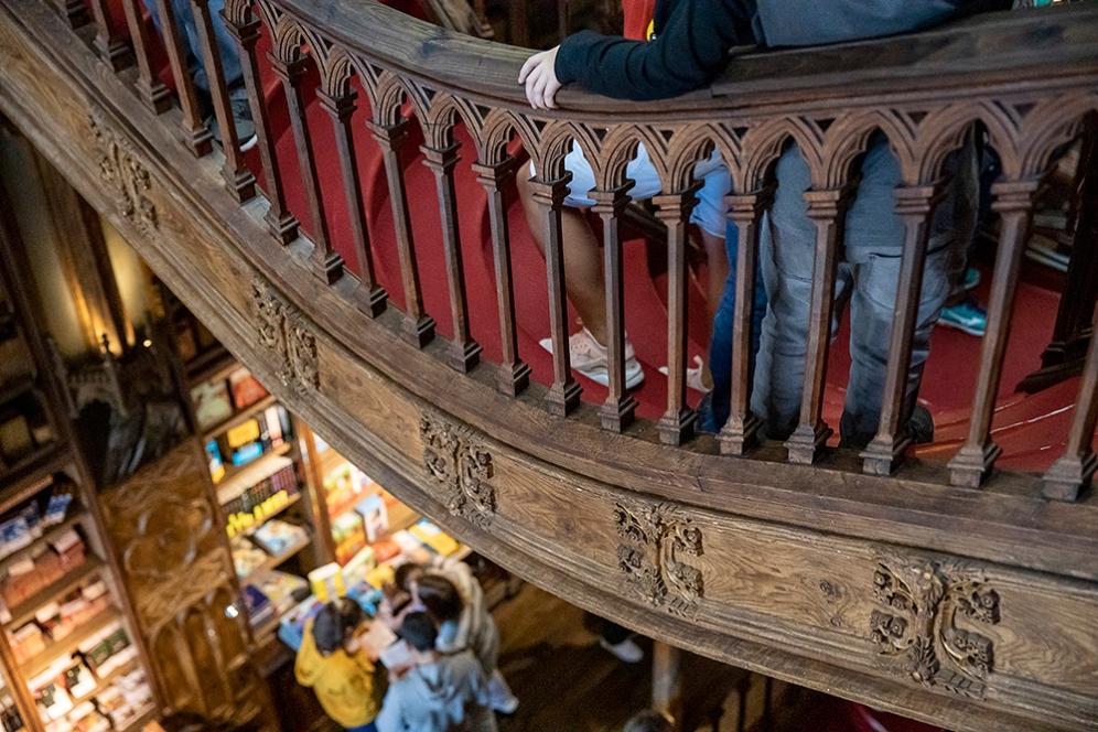 Парапетите са украсени с изящни дърворезби.