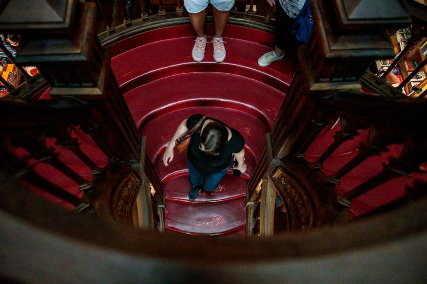 Извито, червено стълбище в книжарница Лело.