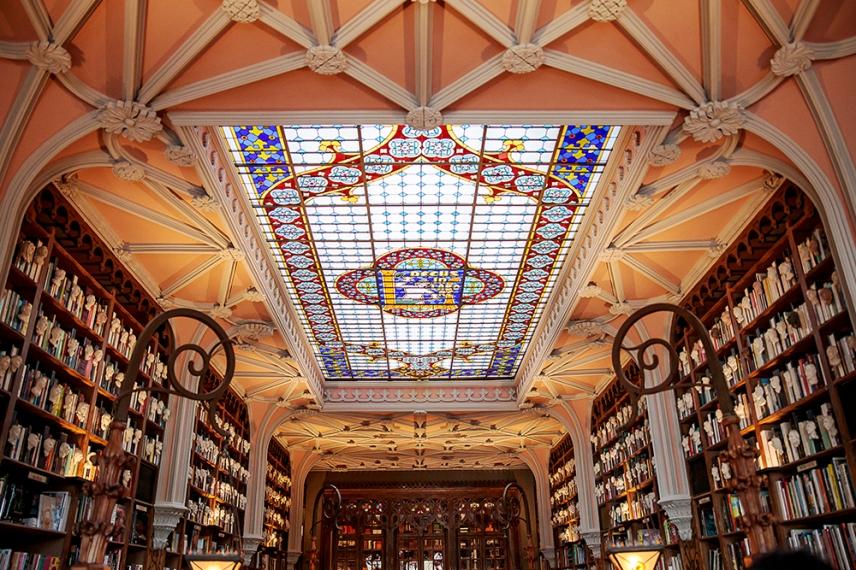 Впечатляващия интериор на книжарница Лело.