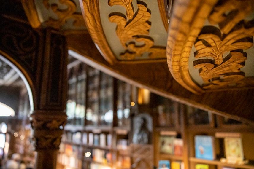 Изящните дърворезби на стълбището в книжарница Лело.