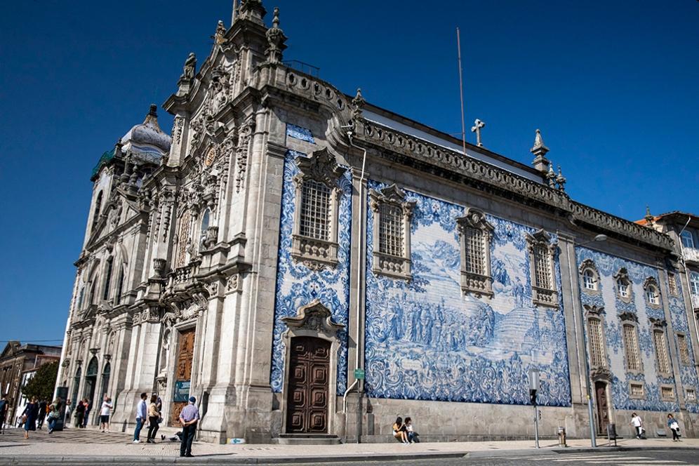 Фасадата на църквата Кармо е покрита с азулежу.