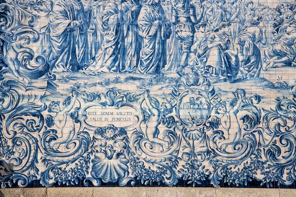 Част от фасадата на църквата Кармо, покрита с азулежу.