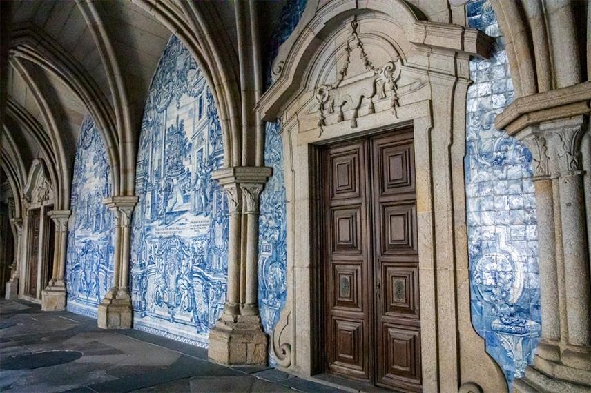 Готически арки в съчетание с керамичните плочки азулежу.
