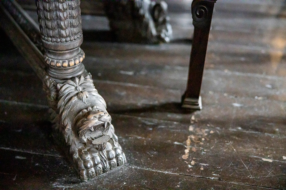 Детайл от крак на маса.