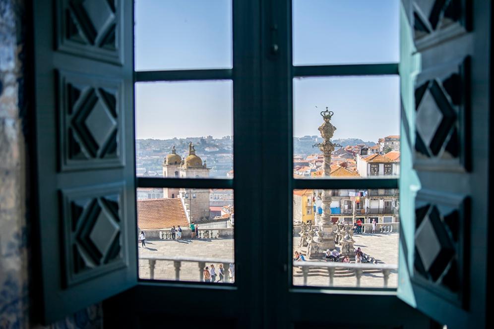 Гледката към площада пред катедралата Се.