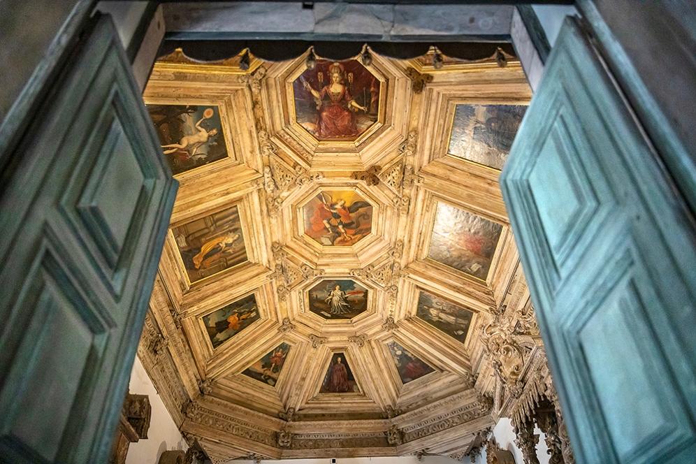 Една от залите към катедралата Се.