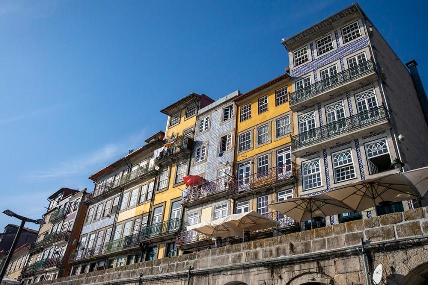 Фасадите на сградите покрити с азулежу.