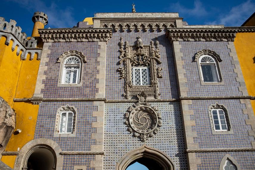 Част от фасадата е покрита с азулежу.