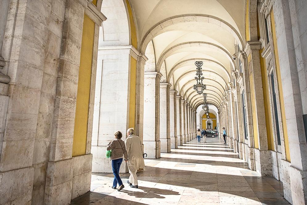 Под арките на площада на Търговията.