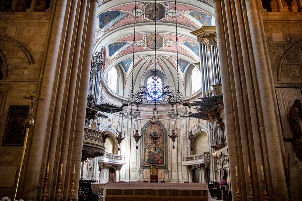 Олтарът на катедралата Се.