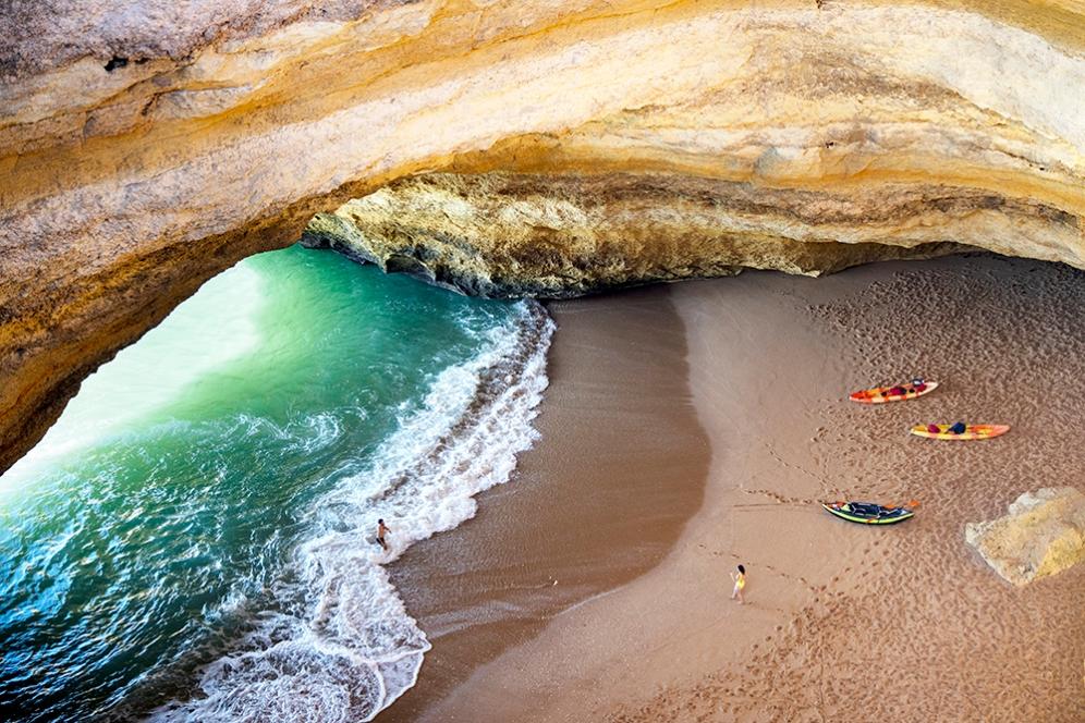 За да се насладите на пещерния плаж Бенагил си взмете каяк.