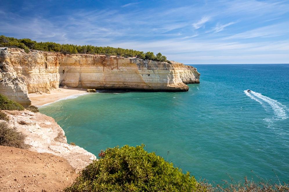 Един от съседните плажове, достъпен само по море.
