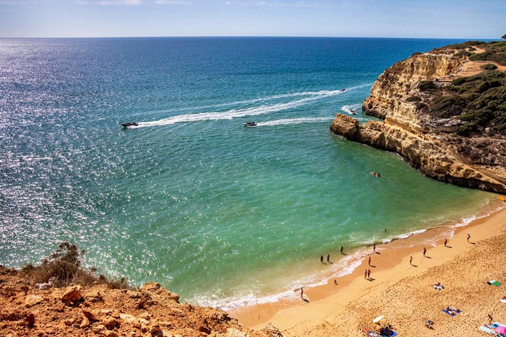 Плажът Бенагил е на 300 метра от пещерата. От тук тръгват лодките.
