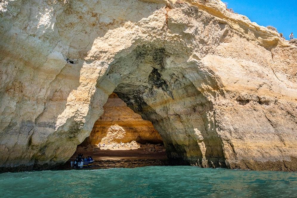 Една от арките на пещерата Бенагил.