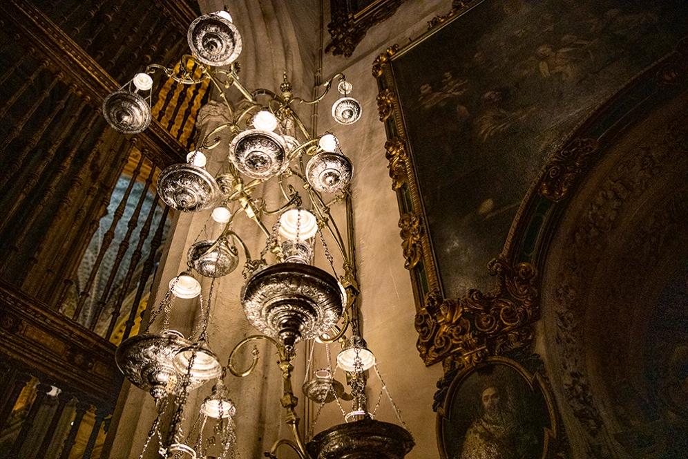 В Севилската катедрала се пазят реликви и много съкровища.