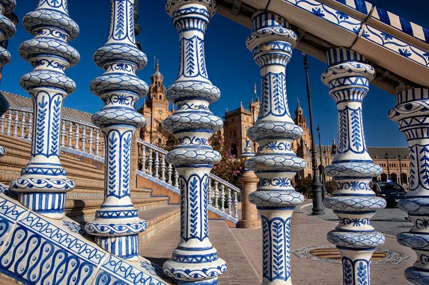 Декорацията от цветни керамични плочки.