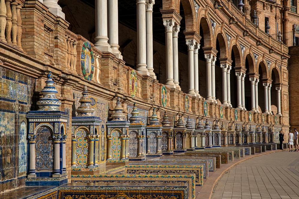Декорацията от цветни керамични плочки на площад Испания.