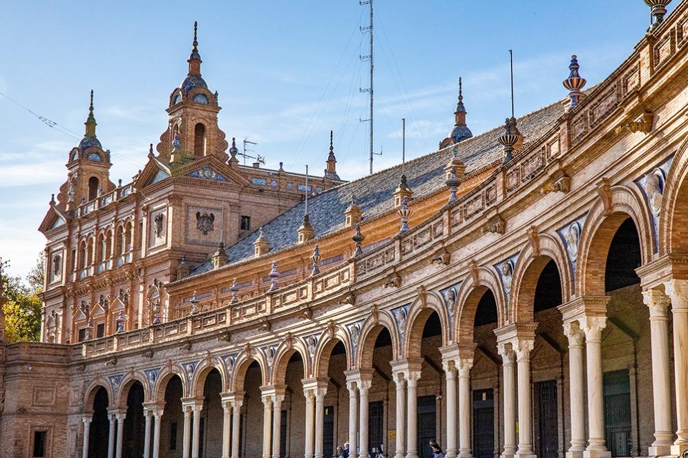 Полукръглата тухлена сграда на площад Испания.