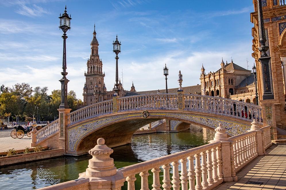 Мост на канала на площад Испания.