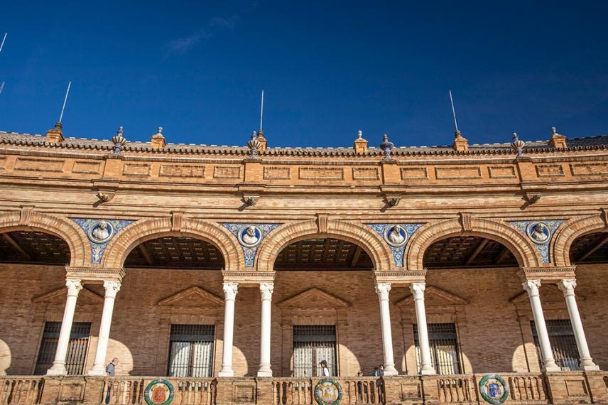 Детайли от сградата на площад Испания.