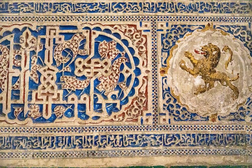 Съчетание от мавритански техники и католически символи.