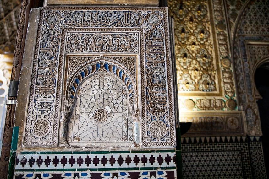 Декорация с гипс и мозайка.