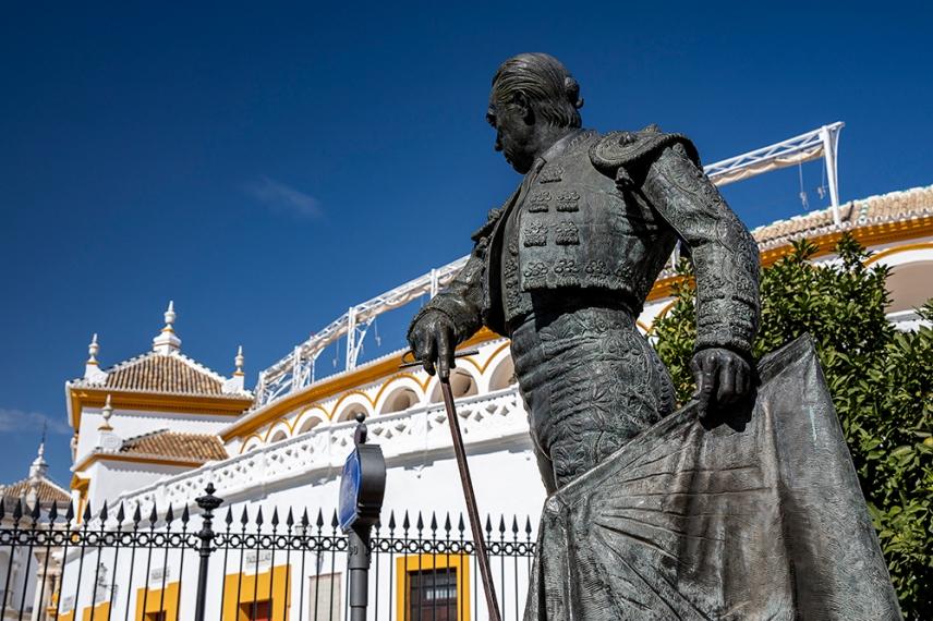 Статуя на тореадор пред арената Маестранса.