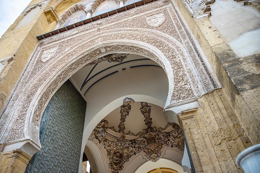 Портата към двора на катедралата Мескита.