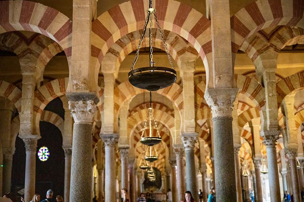 Колонадата от арки в катедралата Мескита, Кордоба.