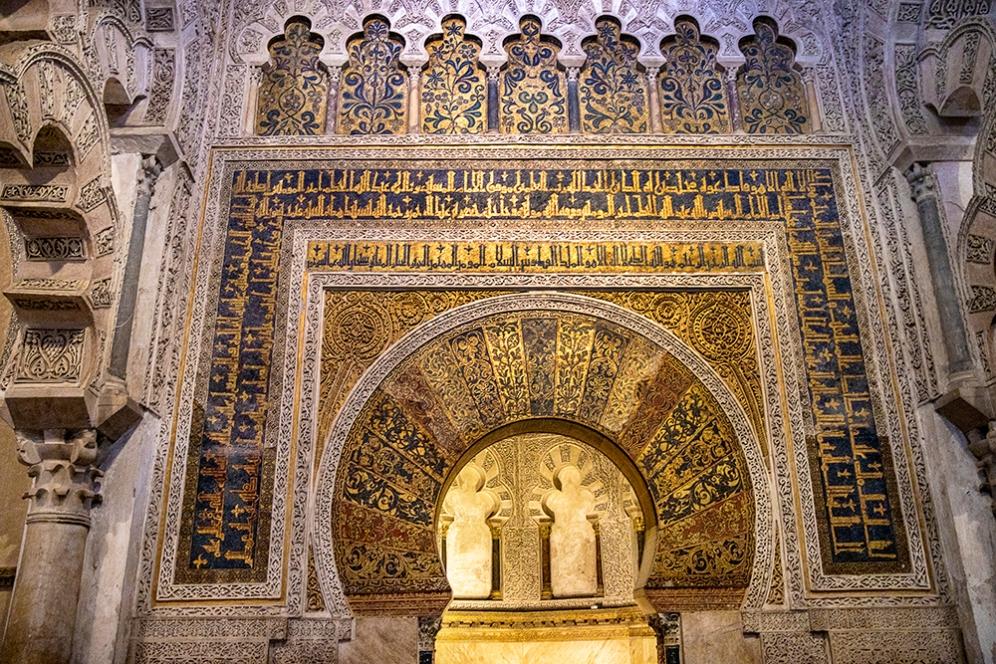 Декорацията по стените на михрабът.