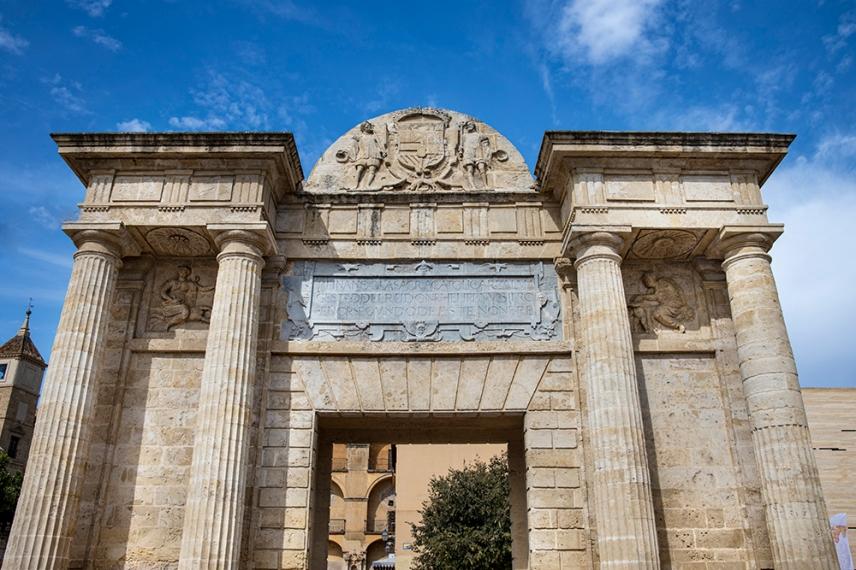 Арката в северния край на римският мост в Кордоба.