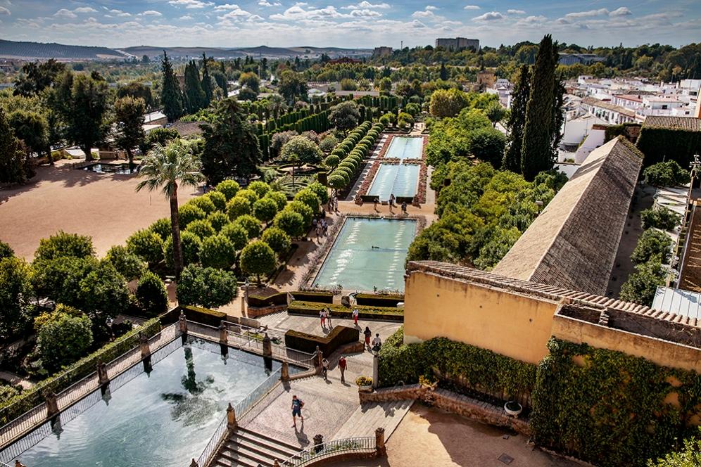 Панорамна гледка към градините на двореца Алказар в Кордоба.