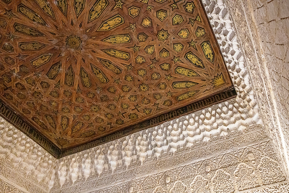 Пищна и изящна декорация по стените и тавана.