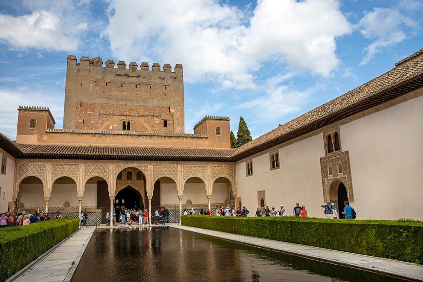 Дворът на миртите в двореца Комарес.
