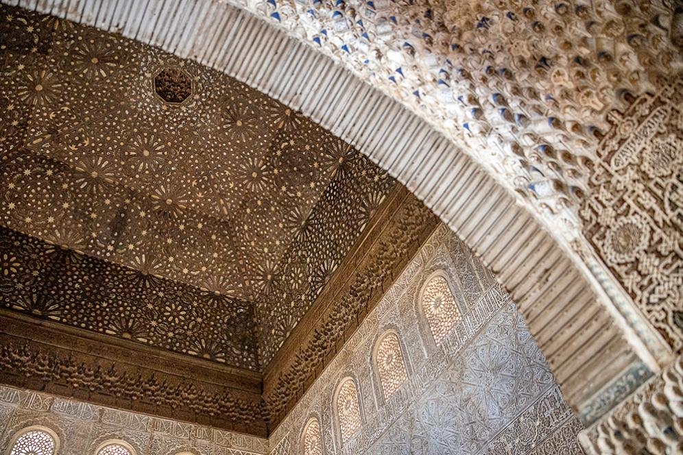 Таванът в тронната зала на двореца Комарес.