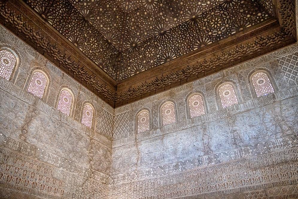 Богатата декорация на тронната зала в двореца Комарес.