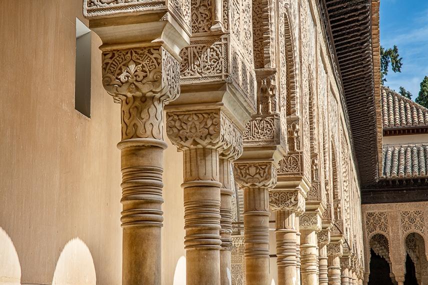 Изящните колони в двора на Двореца на лъвовете.