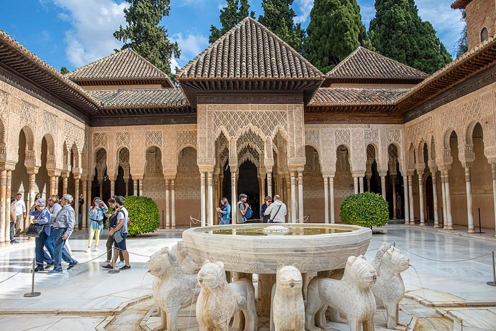 Вътрешния двор на Двореца на лъвовете.