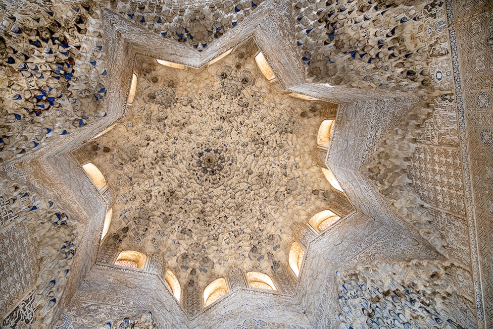 Таванът във формата на звезда в зала Abencerrajes.