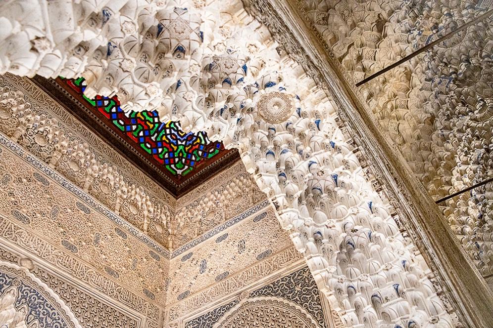 Детайли от таваните на Залата Ajimeces (в дясно) и Терасата на Даракса ( в ляво).