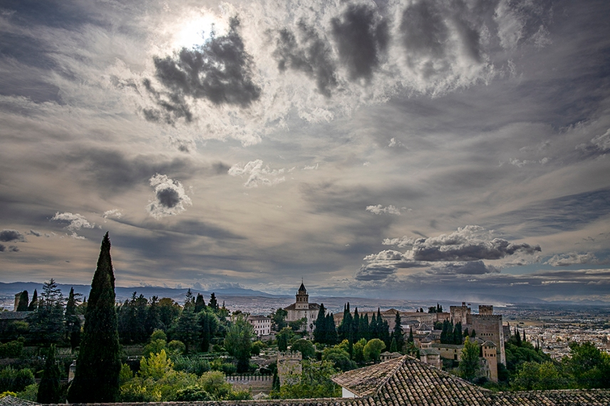 Панорама към Гранада и останалата част на дворцовия комплекс Алхамбра.