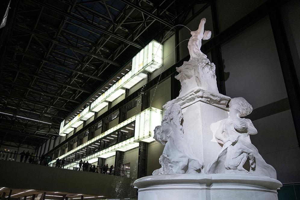 Фонтанът Fons Americanus в Турбинната зала на Тейт Модърн.