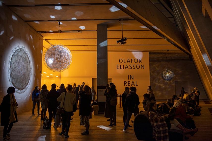 Сложно-структурираните, висящи сфери на входа на изложбата.
