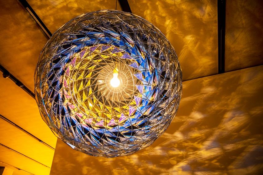 Висяща сфера на входа на изложбата Олафур Елиасон - В реалния живот. Галерия Тейт Модърн, Лондон.