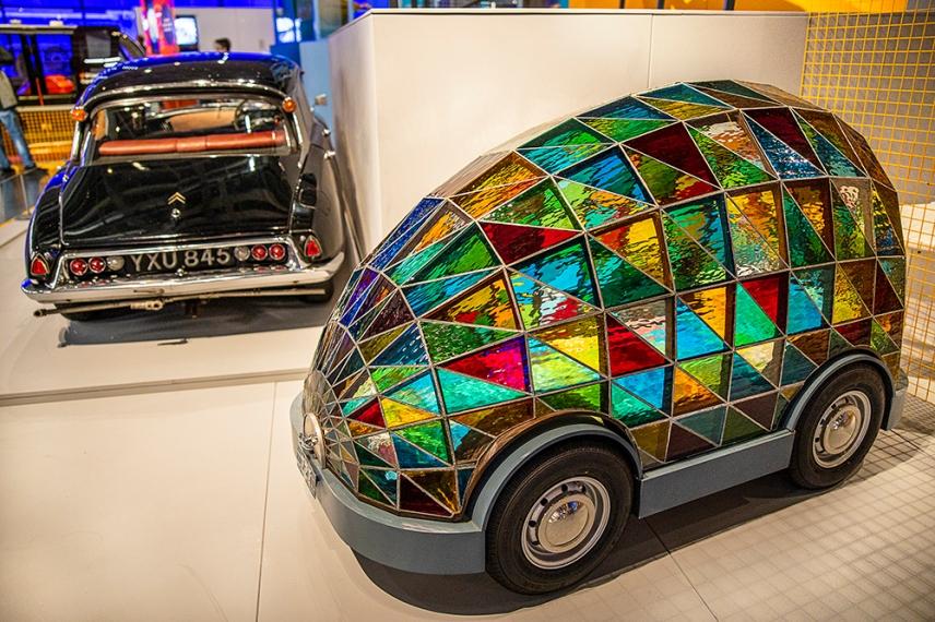 Витражният спален автомобил на бъдещето без шофьор, създаден от художника Доминик Уилкокс.