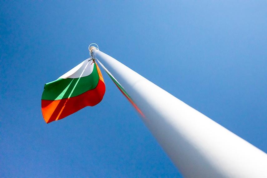 Българският флаг пред вечния огън.