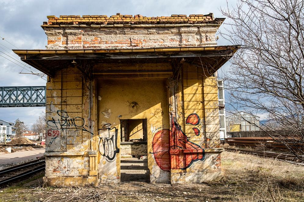 Западната фасада на Царската гара. Февруари 2020.