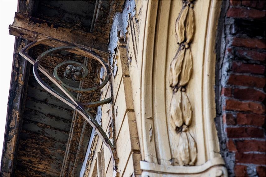 Детайли по фасадата на Царската гара. Февруари 2020.