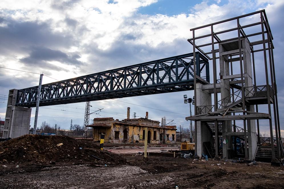 Строежа на пешеходния мост в непосредствена близост. Февруари 2020.