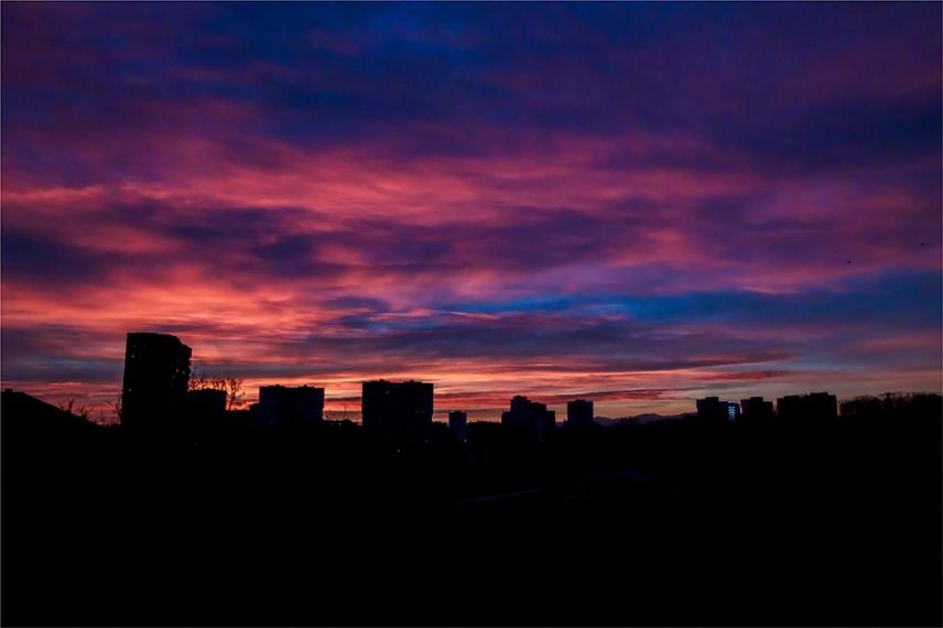 Изгревът над софийски квартал.